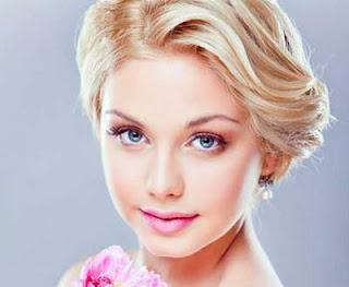 model potongan rambut pendek wanita wajah bulat side swept wavy bob