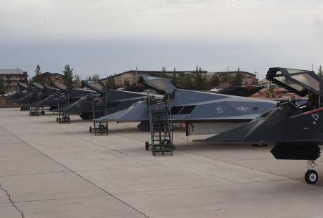 F-117 berwarna abu-abu