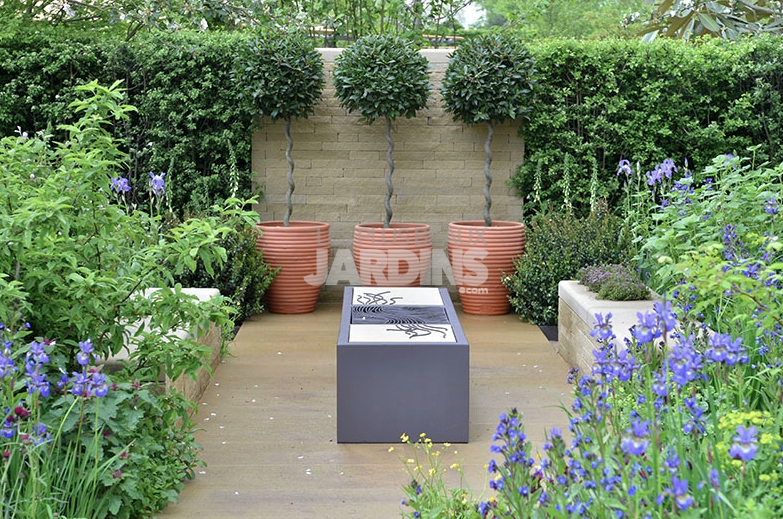 Un jardin contemporain qui aime le bleu for Les jardins contemporains