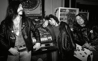 Lemmy, Phil y Eddie en unos recreativos.