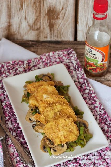 Pollo empanado con sésamo sobre cama de verduras al teriyaki