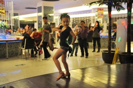 Niña de 7 años es vio forzada a bailar con un traje inadecuado para mantener a su familia