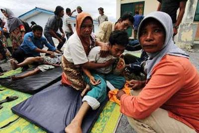 083154 evakuasigempa2 Kumpulan Foto Gempa Aceh   Bener Meriah