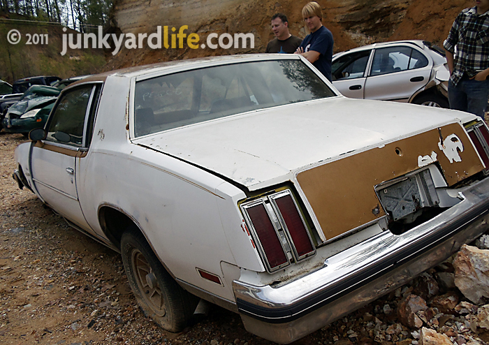 Junkyard Scavengers Ron Kidd And Anthony Powell Bench Race The Specs Of Battered 79 W 30 Hurst Olds