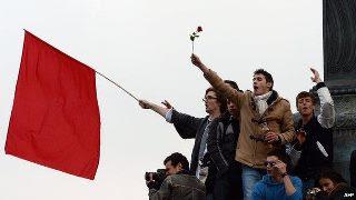 चित्र: सोशलिस्ट पार्टी के फ्रांस्वा ओलांड के समर्थक पेरिस में वामपंथियों की पसंदीदा जगह प्लेस डी ला बास्तील पर जमा होकर जश्न मनाते हुए