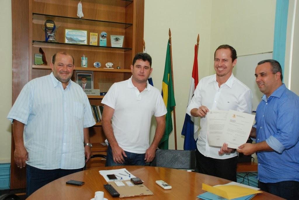 Maurício Lopez entrega formalmente, ao secretário nacional, a monção que pede a implantação do  programa Segundo Tempo nas escolas do município