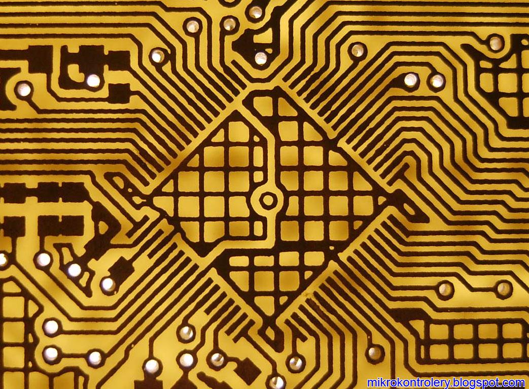 Płytka PCB po procesie trawienia - footprint mikrokontrolera.