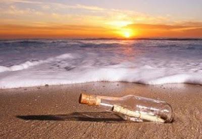 Botella con mensaje en la orilla del mar