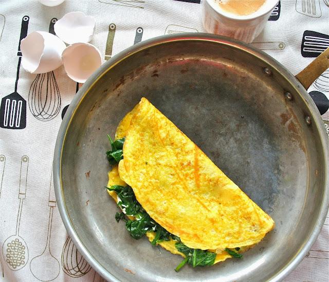 Omelette au fromage de chèvre et épinards sautés à l'ail