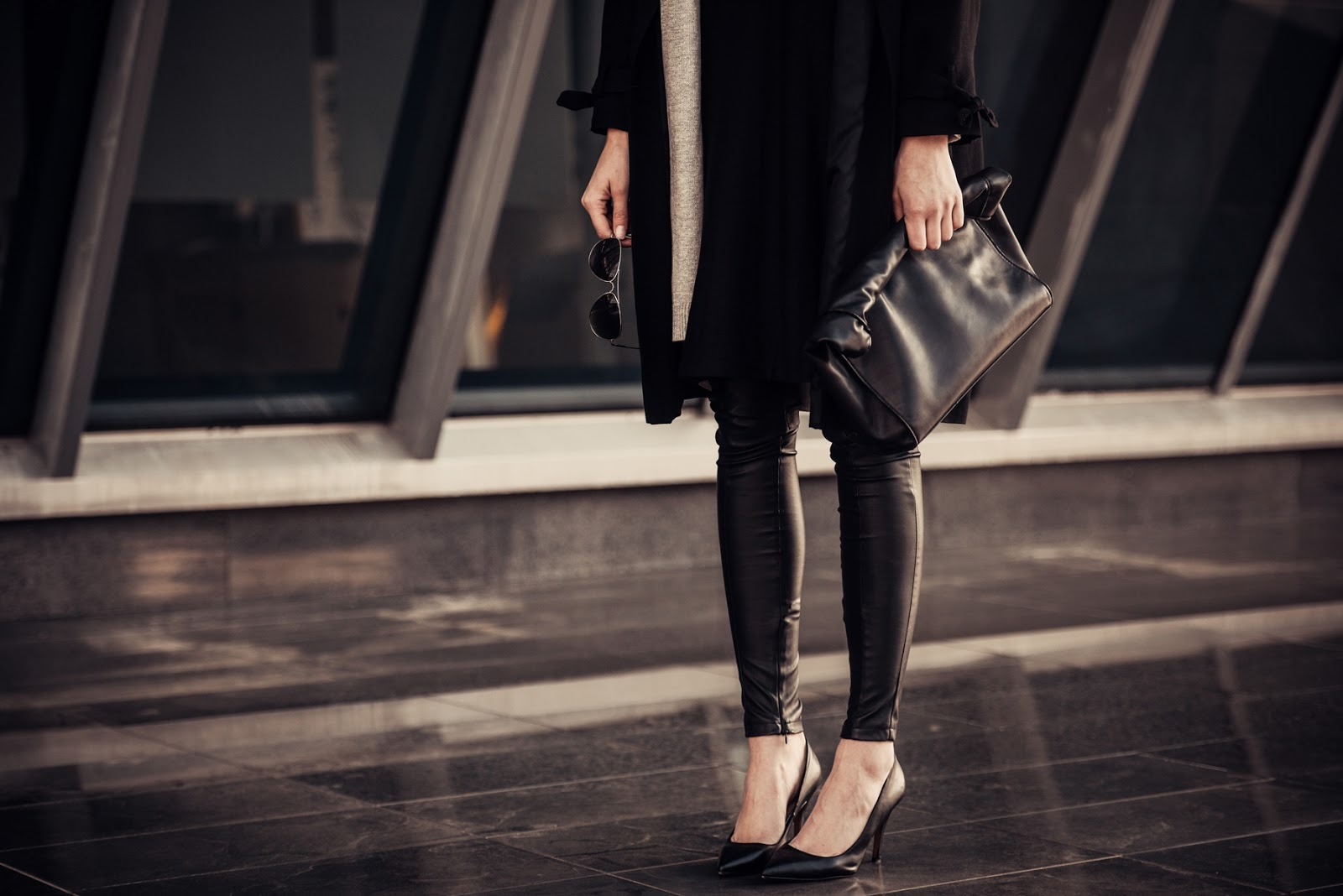 longline long grey cardigan, black extra long trench coat Topshop, leather pants, all black outfit, style blogger, fashion blog blogger