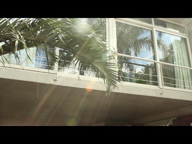 fachada da casa do cenário para o clipe Escolho você - Sandy Leah