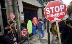 Un grupo de activistas de Stop Desahucios participan en un acción en Ourense efe
