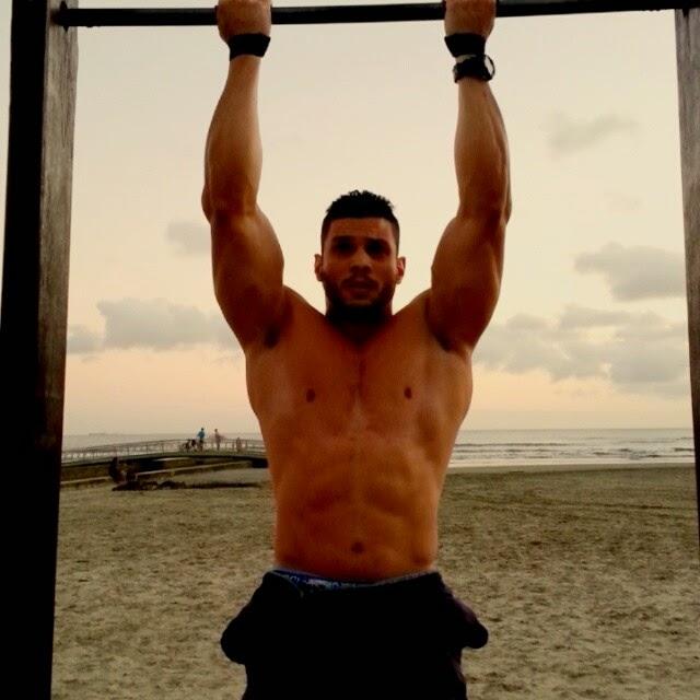 Lucas Mesquita, o Gavião do Domingo Legal, faz abominal em uma barra de musculação na praia de Santos (SP). Foto: Reprodução