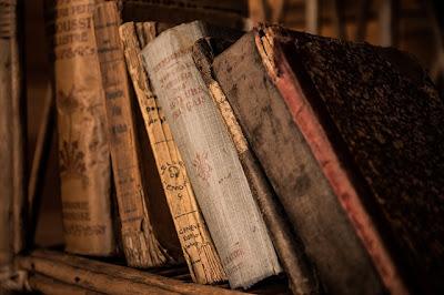 Simpan Buku Favorit yang Rusak