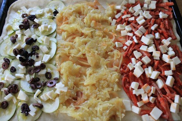 Pizza fatta in casa prima della cottura