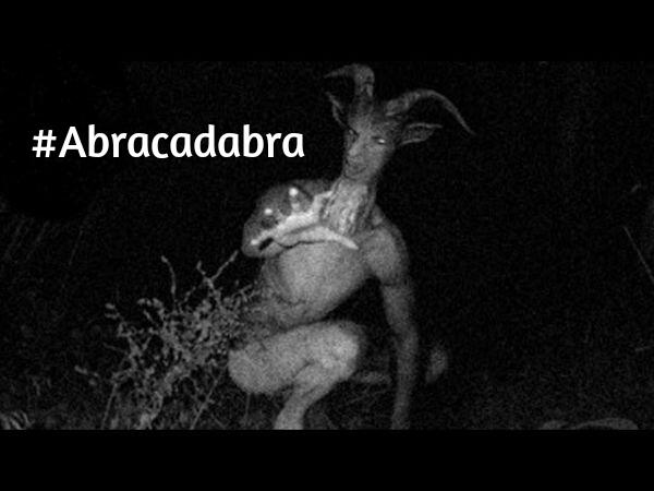 demonio en forma de carnero con hashtag de abracadabra