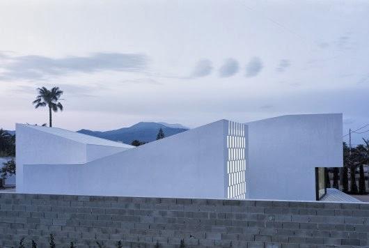 Escult rica geom trica y minimalista vivienda en for Casa minimalista tarragona