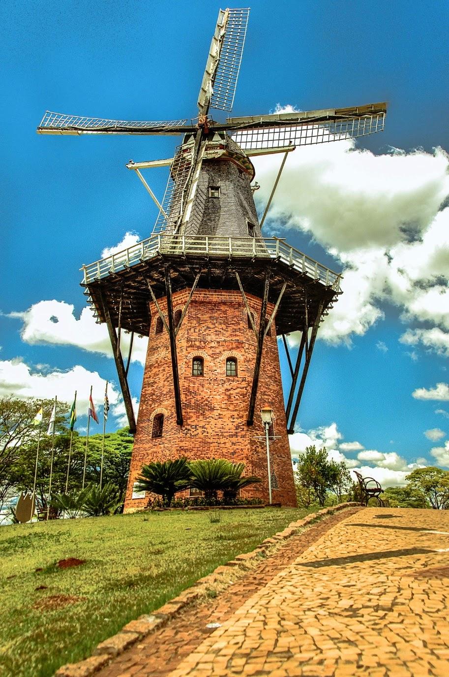 O moinho de Holambra é um marco visual que pode ser visto a quilômetros de distância por quem transita na estrada entre Santo Antônio de Posse e Artur Nogueira.