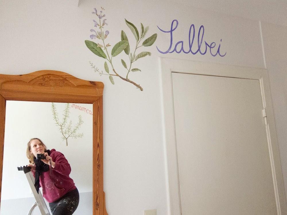 Wandmalerei Salbei im Spiegel sieht man die Künstlerin und das Rosmarinbild