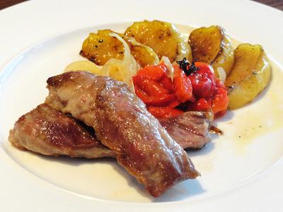 lagarto de cerdo iberico con pimientos confitados y manzana frita