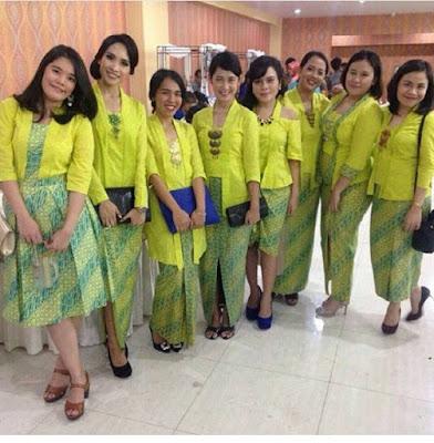 kebaya polos kuning dengan rok batik parang