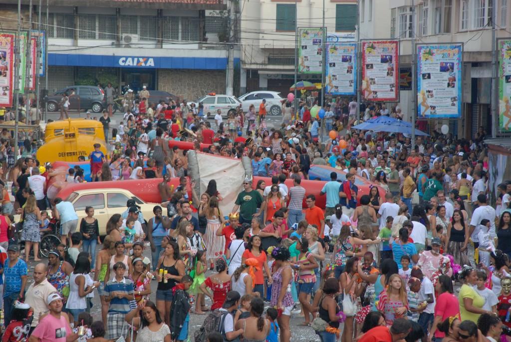 Público curte a apresentação do espetáculo 'Viajando pelo Carnaval', no Parque Regadas