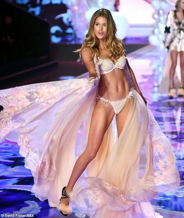 الملاك دوتزن كروس في استعراض بالملابس الداخلية على منصة فيكتوريا سيكريت