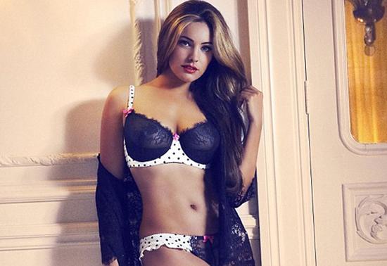 Kelly Brook très sexy dans la campagne New Look