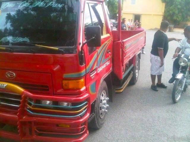 """VIDEO – Roba camión y se """"deguavina"""" al escapar en él"""