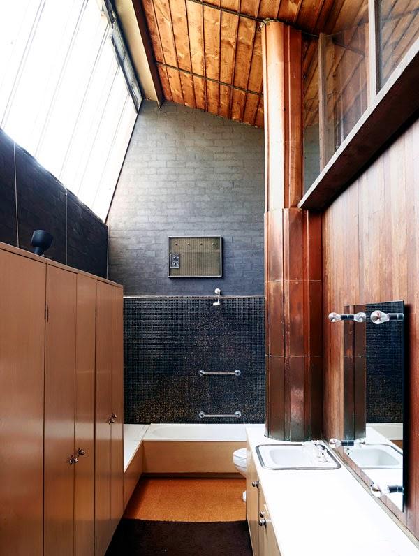 baño con gresite gris oscuro