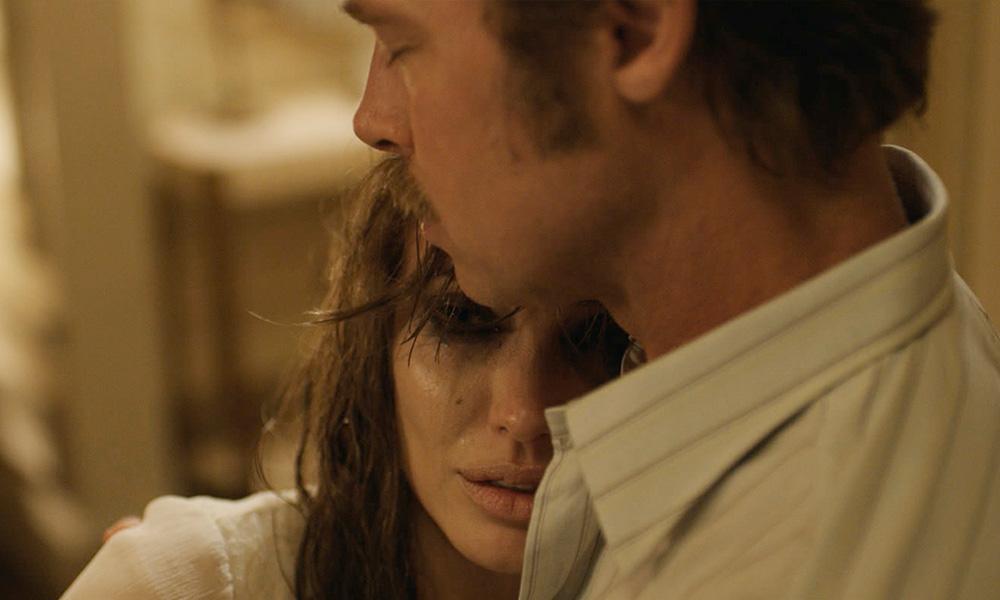 Cena do filme By de sea de Angelina Jolie onde ela aparece chorando nos braços de Brad Pitt enquanto ela  a consola