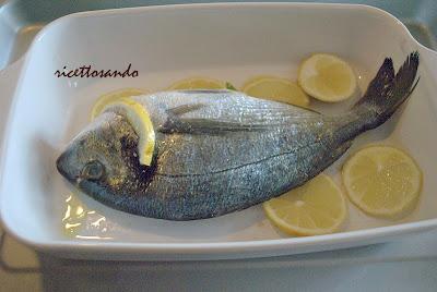 Orata al forno prepariamo il pesce in teglia