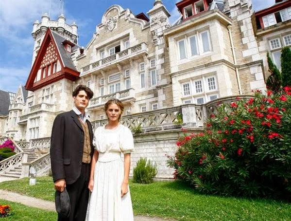 Los dos protagonistas de la serie frente al Gran Hotel