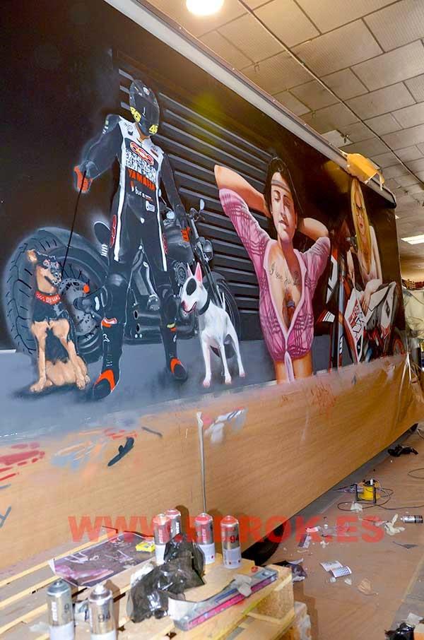 Graffiti de motorista con perros