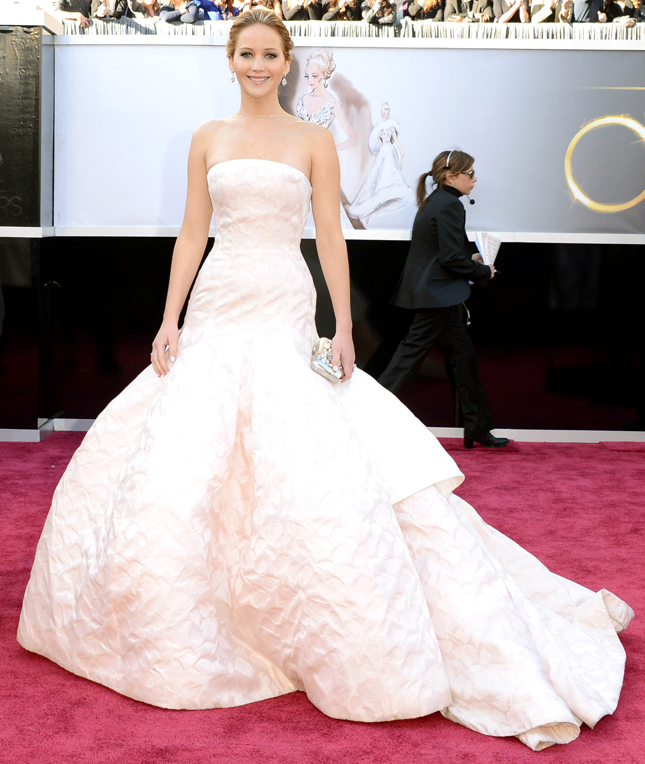 http://2.bp.blogspot.com/-nuKk41mPp3A/UStk9vhmSYI/AAAAAAAAaG8/ASXd-coaZfo/s1600/oscars+13+jennifer-lawrence+dior+couture+dress+chopard+necklace.jpg
