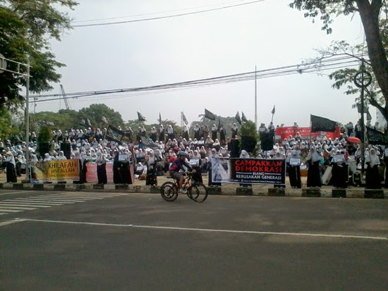 Aksi Keprihatinan Muslimah Hizbut-Tahrir Jawa Barat Atas Maraknya Kasus Pedofilia