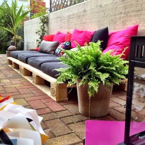 Home garden 20 id es pour transformer des palettes en - Fabrication canape en palette ...
