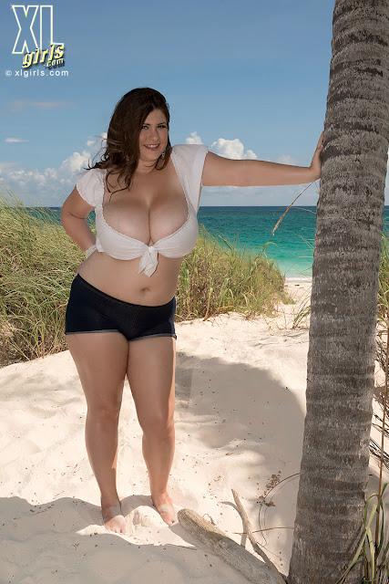 пышечка на пляже фото