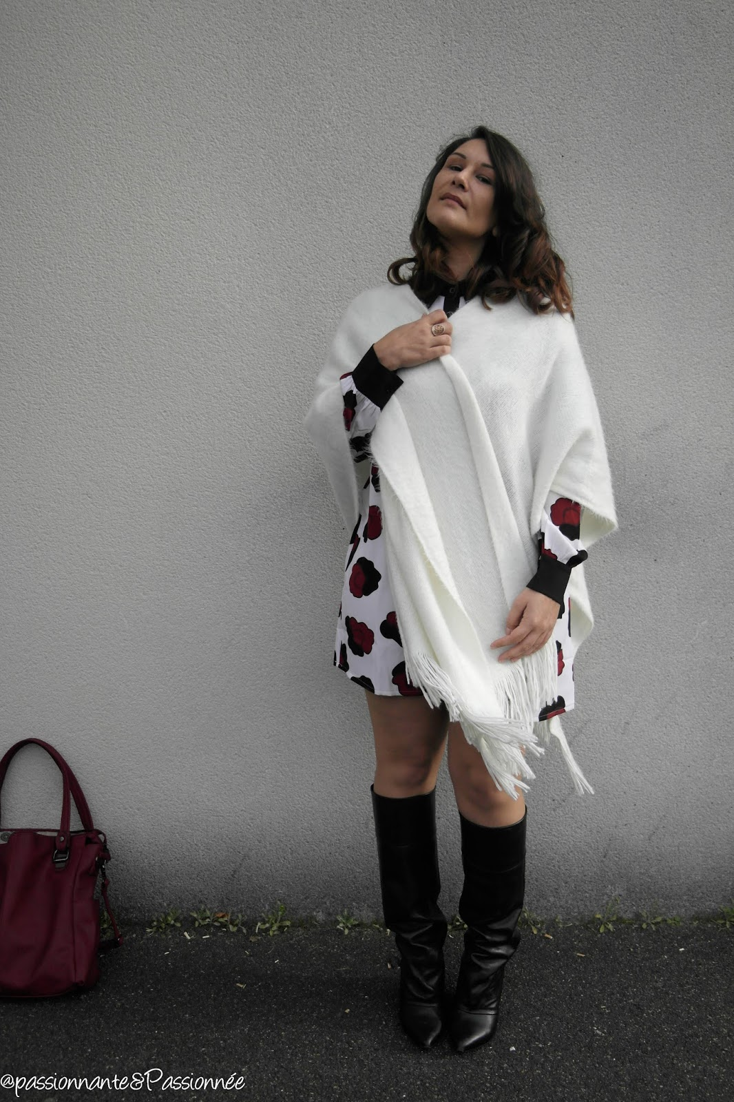 porter le poncho blanc et robe