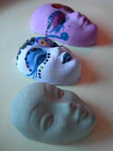 ..quando si formano le maschere....(fatte e dipinte a mano)