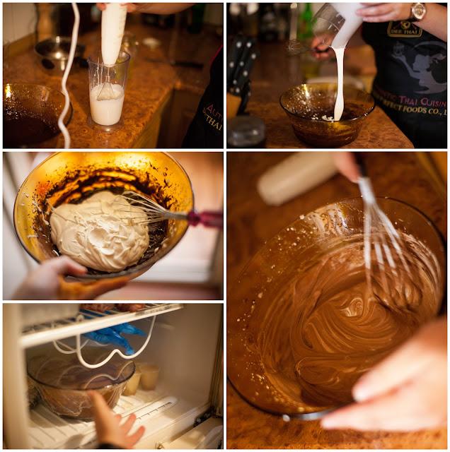 Смешиваем сливки с шоколадом