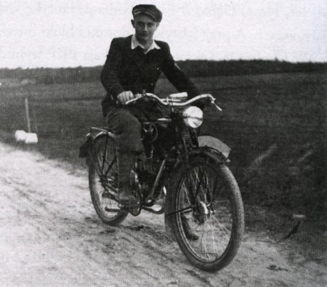 Wtedy w 1937 nie miałem swojego motoru, ale już jako uczeń propagowałem po swojemu motoryzację w Polsce. I dziś jeszcze, tj. w 2009 r. z przyjemnością siadam za kierownicą - Michał Ławacz. Fot. z książki: Mój rodowód.