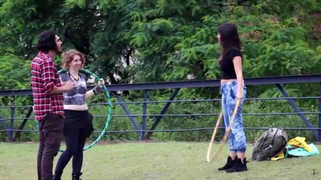 Cara de pau pedindo nudes para mulheres no parque