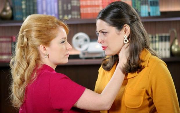 Marcela e Marina em cena da novela Amor e Revolução (Foto: Reprodução/SBT)