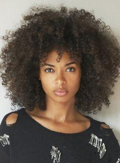 femme frisé black afro coupe coiffure
