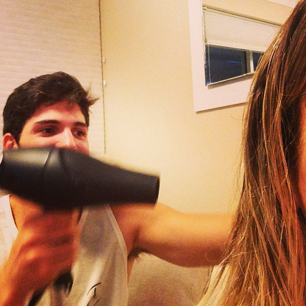 ex-bbb-andre-posta-foto-no-instagram-ajudando-fernanda-cuidar-cabelo