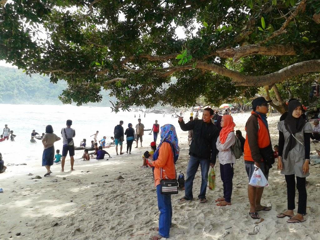 Pengunjung di pantai Wediombo