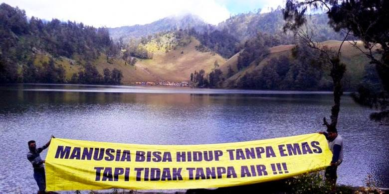 Tolak Tambang, Aktivis Lingkungan Banyuwangi Daki Gunung Semeru