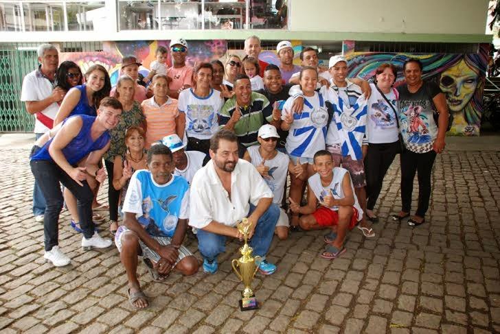 Integrantes da Bambas da Serra comemoram o título de campeã