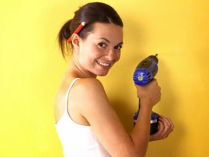 Mujer utilizando un taladro inalambrico